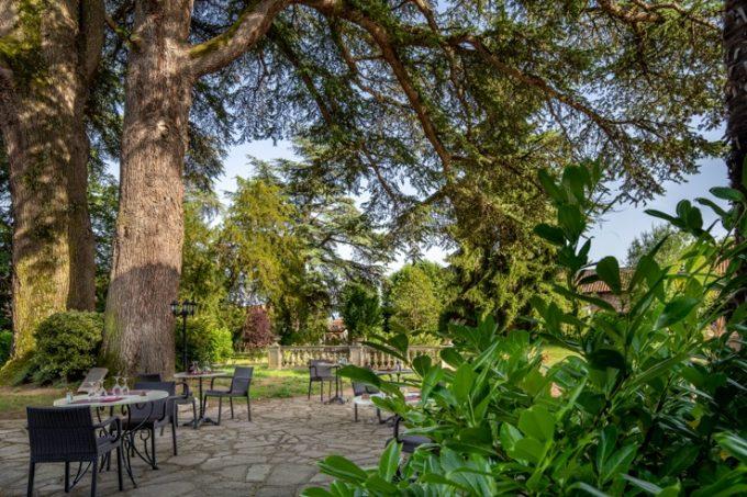 Restaurant-Les-Cedres–terrasse–Villeneuve-de-Riviere